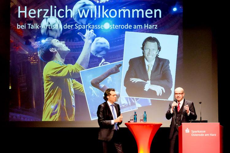 Urs Meier im Dialog mit Thomas Toebe, Vorstandsvorsitzender der Sparkasse Osterode (Foto: Dietrich Kühne)
