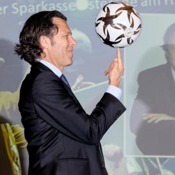 Mit Hilfe der Fußballartisten klappt es auch mit dem Balldrehen auf dem Finger (Foto: Dietrich Kühne)