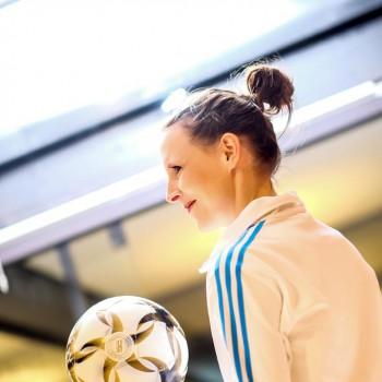 Fußball Akrobatin Miriam Willems (Foto: Dietrich Kühne)