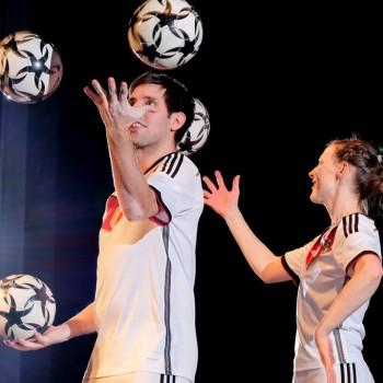 Partner-Jonglage mit den Fussballartisten Miriam Willems und Sebastian Heller (Foto: Dietrich Kühne)