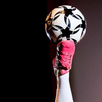 Fußball-Balance der besonderen Art mit Fußball-Freestyle Girl Miriam Willems (Foto: Dietrich Kühne)