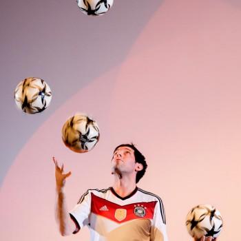 Fußball Jongleur Sebastian Heller mit 5 Fußbällen (Foto: Dietrich Kühne)