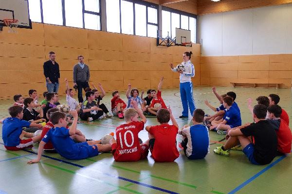 Workshop »Fußballtricks für Kids« mit Ballartistin Miriam Willems vom Duo »Die Fußballartisten«
