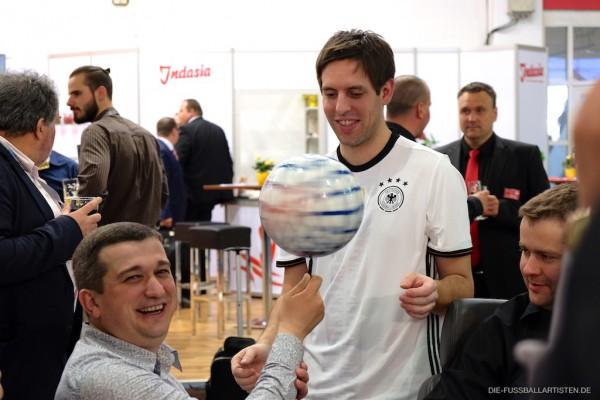 Viel Spaß beim der Close-Up Fußball-Jonglage mit Fußballjongleur Sebastian Heller