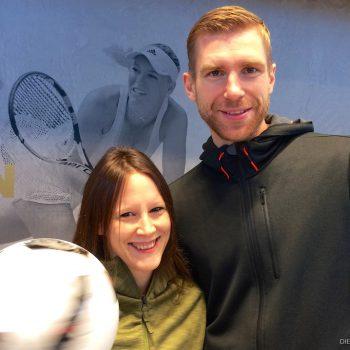 Fußballartistin Miriam Willems zusammen mit Per Mertesacker im neuen adidas Outlet Store in Herzogenaurach