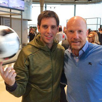 Fußballartist Sebastian Heller zusammen mit Matthias Sammer im neuen adidas Outlet Store in Herzogenaurach
