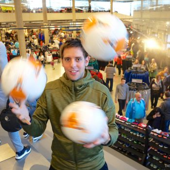 Fußball-Jongleur Sebastian Heller im neuen adidas Outlet Store in Herzogenaurach