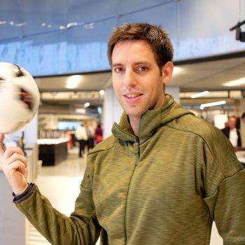 Fußball-Freestyler Sebastian Heller im neuen adidas Outlet Store in Herzogenaurach