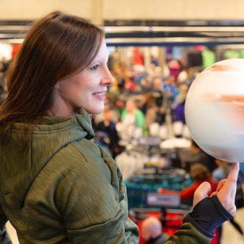 Fußballkünstlerin Miriam Willems im neuen adidas Outlet Store Herzogenaurach