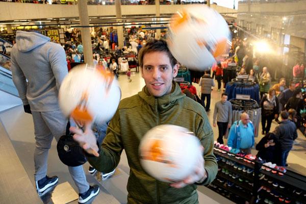 Fußballjongleur Sebastian Heller bei der Wiedereröffnung im neuen adidas Outlet Herzogenaurach