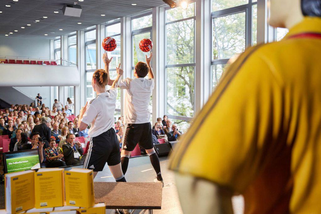 Fußballshow beim Finale des großen Diktatwettbewerbs 2018 in Frankfurt am Main.