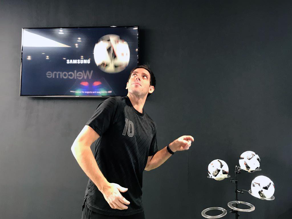 Fußball-Skillshow im Samsung Showcase